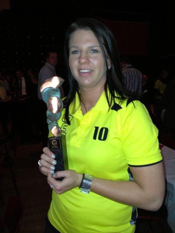 Captain Ilse Legtenberg van Dames 1, de sportploeg van het jaar 2012 in Gemeente Borne