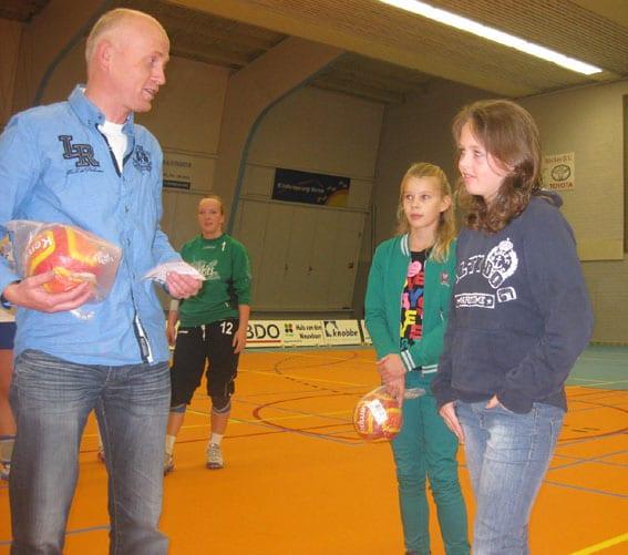 Danique (midden) en Lisette (rechts)  prijswinnaars Grote Clubactie